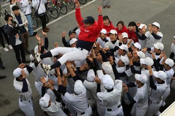 選抜出場が決まった1月24日、胴上げで喜びを表現していた加藤学園【写真:編集部】