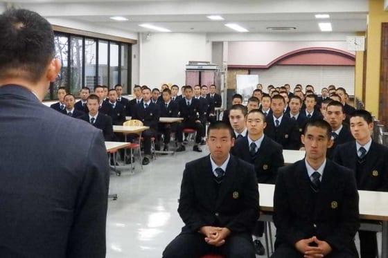 福喜多繁尊コーチの話を聞く西武台の選手ら【写真:河野正】