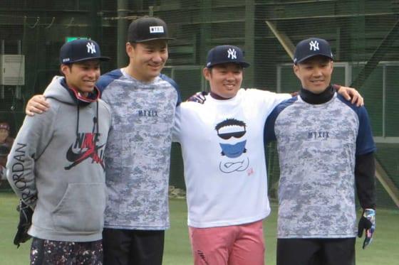 毎年の自主トレを共にしているヤンキース・田中将大(左から2番目)と楽天・則本昂大(右端)【写真:編集部】