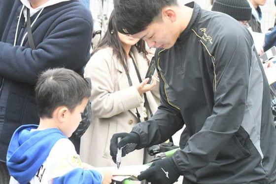 ファンサービスを行ったソフトバンクのドラ4・小林珠維【写真:藤浦一都】