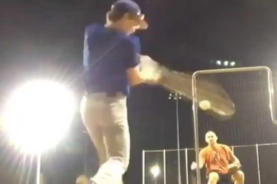 少年が放った打球が…(画像はスクリーンショット)