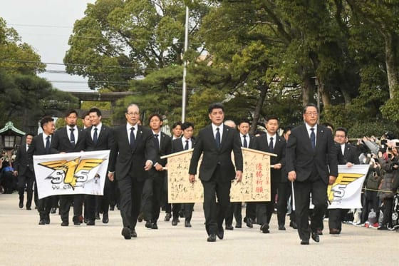 ソフトバンクは30日、福岡市内の筥崎宮で必勝祈願を行った【写真:藤浦一都】