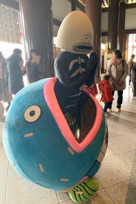 成田山新勝寺でCDデビュー祈願した謎の魚【写真提供:千葉ロッテマリーンズ】