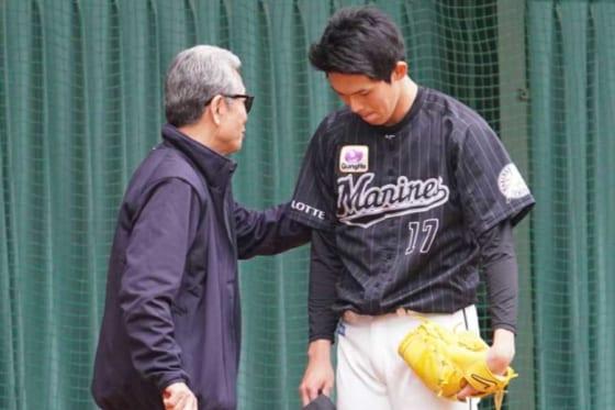 山田久志氏(左)からアドバイスを受けるロッテ・佐々木朗希【写真:宮脇広久】