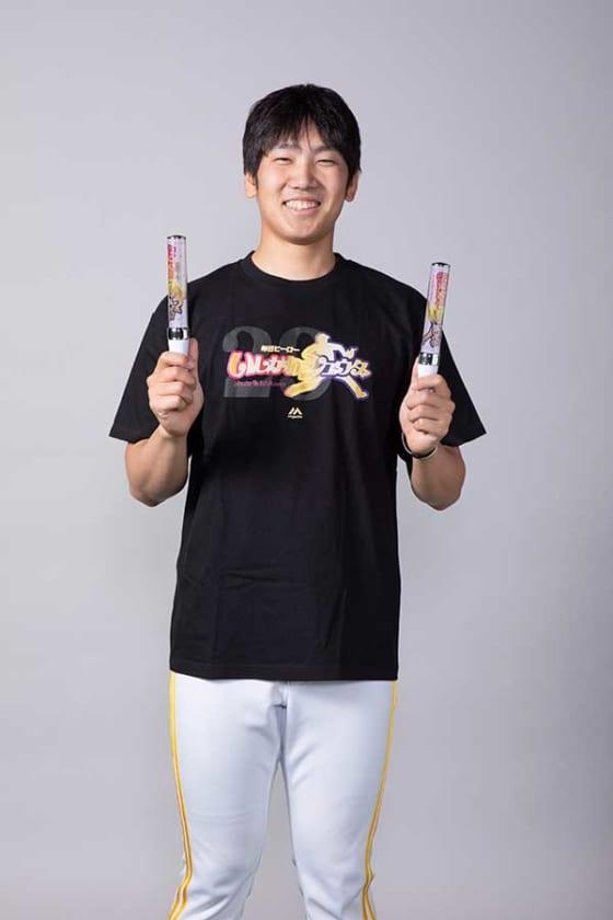 自身のグッズを手に持ちポーズをとるソフトバンク・石川柊太【写真提供:福岡ソフトバンクホークス】