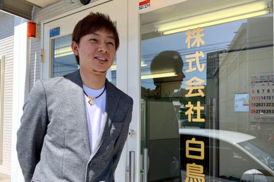現在は父が経営するバス会社で働く尾藤竜一さん【写真:小西亮】