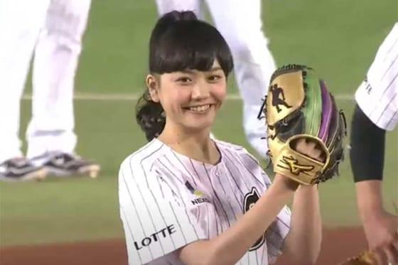 2014年4月1日の始球式に登場した女優の松井愛莉さん【画像:パーソル パ・リーグTV】