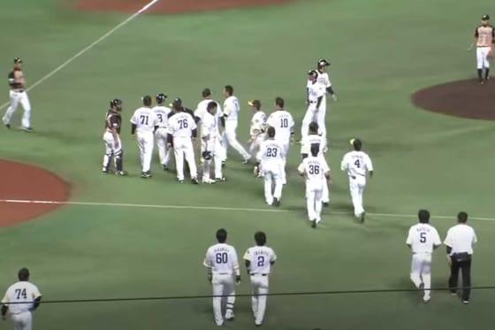 ソフトバンク・柳田への死球がキッカケで両軍がベンチから飛び出し一触即発に…【画像:パーソル パ・リーグTV】