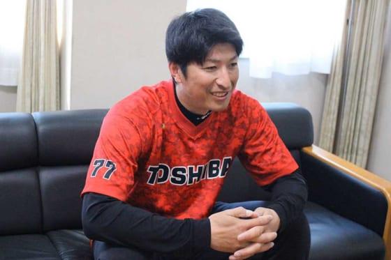 東芝野球部で投手コーチを務める新垣勇人氏【写真:安藤かなみ】