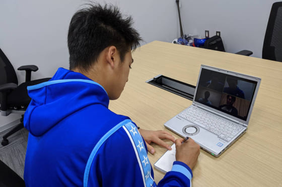 オンライン会議システムを利用し、メモを取りながらコーチの指導を受けるDeNA・森敬斗【写真提供:横浜DeNAベイスターズ】