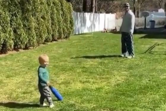 1歳男児の豪快な打撃が話題に(画像はスクリーンショット)