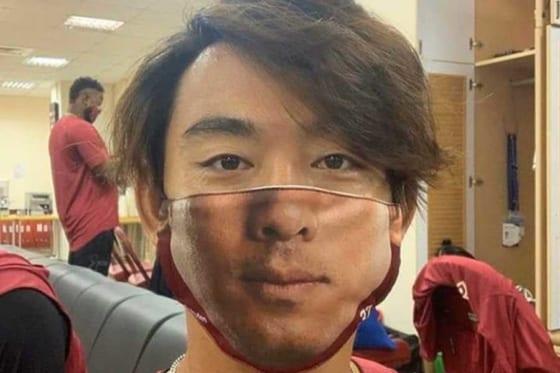 自身のマスクをつけた楽天モンキーズ・王溢正【写真提供:楽天モンキーズ】