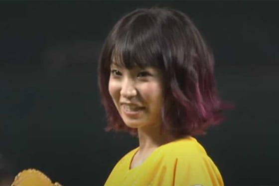 2015年8月5日のソフトバンク対日本ハム戦の始球式に登板した歌手のLiSAさん【画像:パーソル パ・リーグTV】