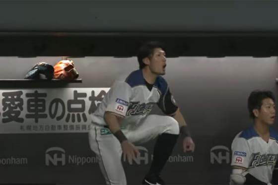 フェンスに挟まった打球に驚く日本ハム・大田泰示【画像:パーソル パ・リーグTV】