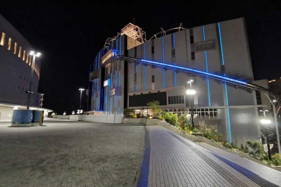青色にライトアップされた「E・ZO FUKUOKA」のイメージ写真【写真提供:福岡ソフトバンクホークス】