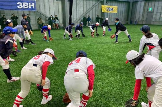 子供たちに守備指導を行う女子野球選手の加藤優【写真提供:横浜DeNAベイスターズ】