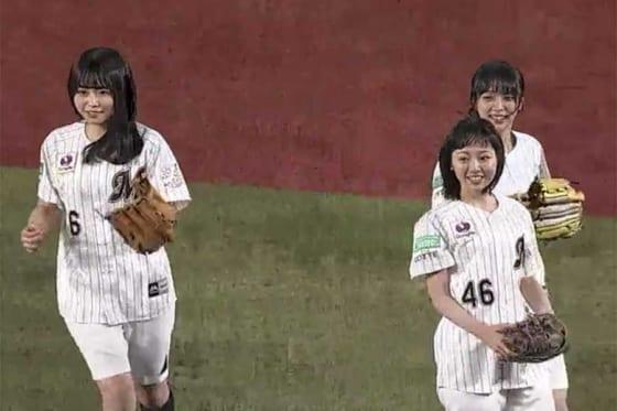 始球式に登場した欅坂46のメンバーたち【画像:パーソル パ・リーグTV】