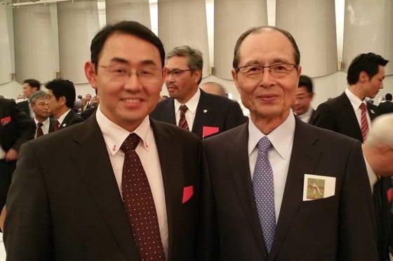 憧れの王貞治氏と笑顔で記念写真に臨んだ古島弘三医師(左)【写真:本人提供】