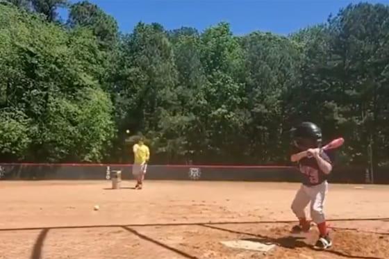 豪快な打球を放った4歳児アッシャー・ウィリッグくん(画像はスクリーンショット)