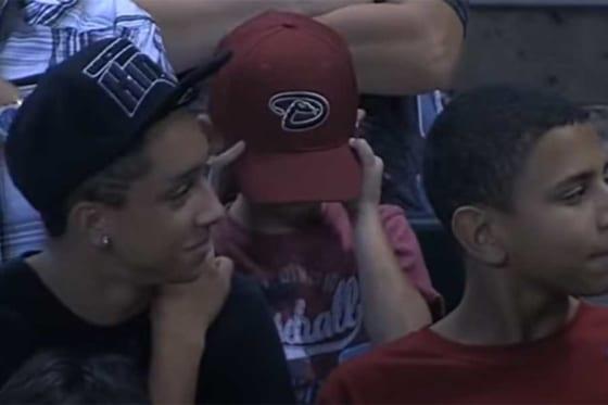 争奪戦に敗れた少年は帽子を深く被り涙を流した(画像はスクリーンショット)