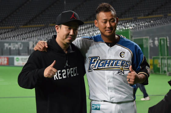 ビーグルクルー・YASSさん(左)と日本ハム・中田翔【写真提供:ビーグルクルー】
