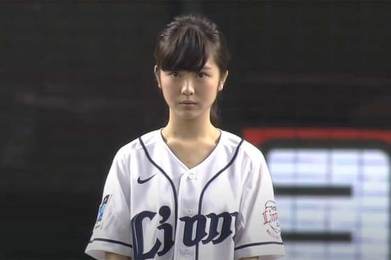 始球式に登場した当時15歳の女優・浜辺美波さん【画像:パーソル パ・リーグTV】