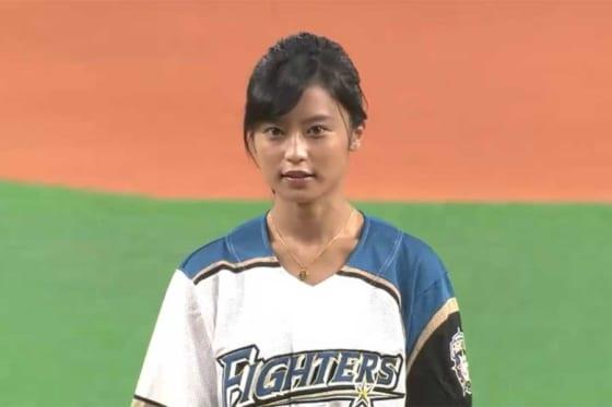 始球式に臨んだタレントの小島瑠璃子さん【画像:パーソル パ・リーグTV】