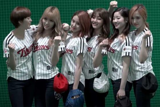 始球式に登場した人気グループ「TWICE」のメンバー(画像はスクリーンショット)