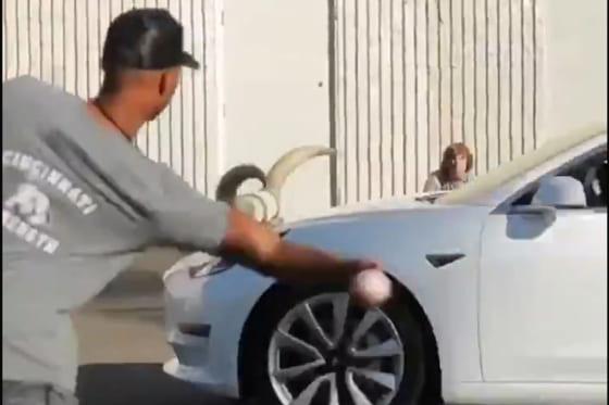 走ってくる車にボールを投げ込むハンター・グリーン(画像はスクリーンショット)