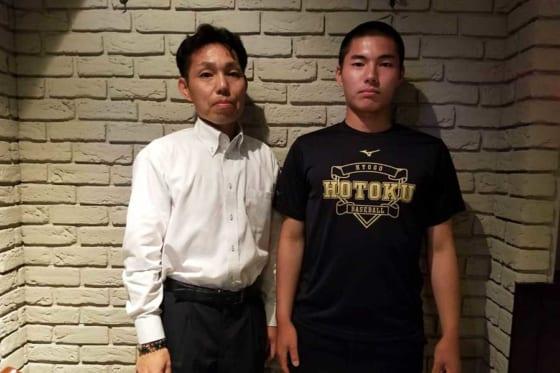 報徳学園・三宅雄雅主将(右)と父・雄隆さん【写真:橋本健吾】