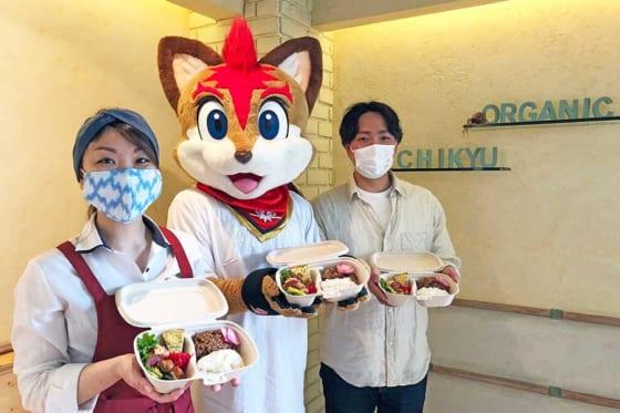 日本ハムのマスコット・フレップと「Organic Kitchen Chikyu」のスタッフの皆さん【写真提供:北海道日本ハムファイターズ】