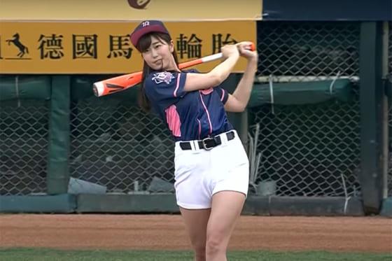 始球式に登場したタレントの稲村亜美さん(画像はスクリーンショット)
