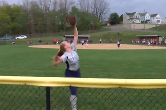 センターへの大飛球を追うケイティ・スター選手(画像はスクリーンショット)