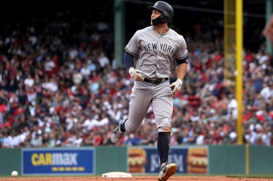 投げ返されたボールに驚くヤンキースのジャンカルロ・スタントン【写真:Getty Images】