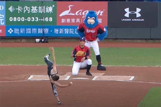 台湾で驚愕のアクロバット始球式が…(画像はスクリーンショット)