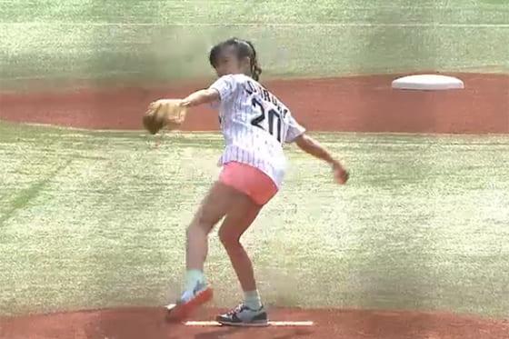 始球式に登場したタレントの小島瑠璃子さん【画像:パーソル パ・リーグTV】
