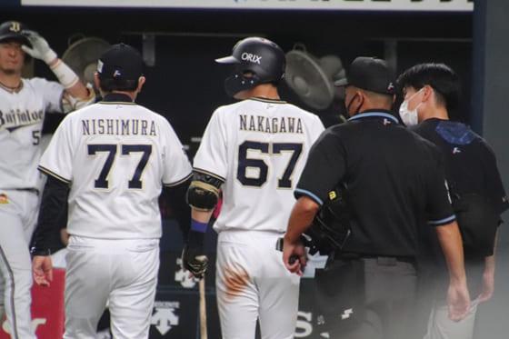 死球を受けベンチに下がるオリックス・中川圭太(中央)【写真:福谷佑介】