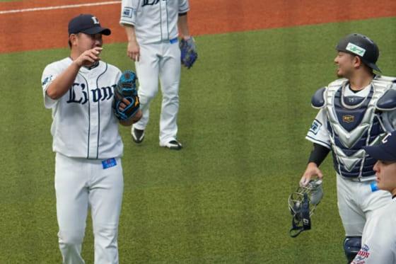 降板後、捕手の森と言葉をかわす西武・松坂大輔(左)【写真:宮脇広久】