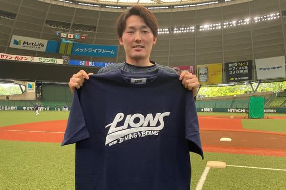 コラボTシャツを手に持つ西武・源田壮亮【写真提供:埼玉西武ライオンズ】