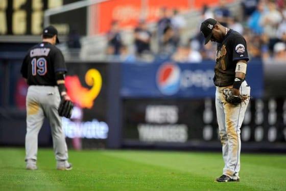 """""""世紀の落球""""を犯しうなだれる当時メッツのルイス・カスティーヨ(右)【写真:Getty Images】"""