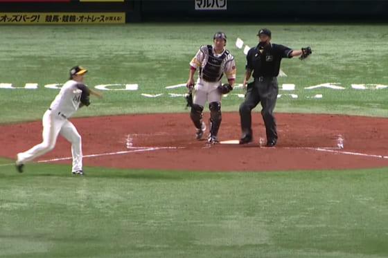 三塁へ送球するソフトバンク・栗原陵矢(左)【画像:パーソル パ・リーグTV】