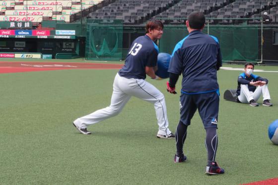 投手練習に参加した西武・高橋光成(左)【写真提供:埼玉西武ライオンズ】