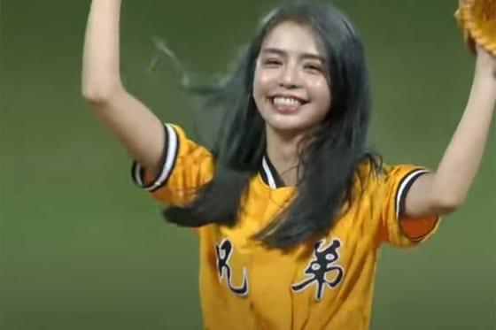 始球式に登場した女優、モデルのリ・ユーフェンさん(画像はスクリーンショット)