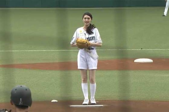 始球式に登場したモデルの朝比奈恵美さん【画像:パーソル パリーグTV】