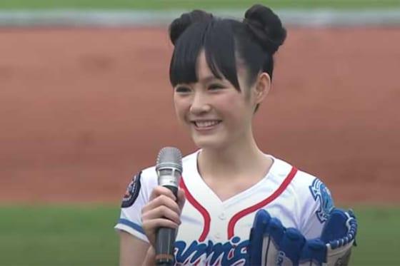 始球式に登場した台湾の女優・ウー・シンティーさん(画像はスクリーンショット)