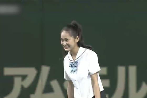 始球式に登場した女優の吉本実憂さん【画像:パーソル パ・リーグTV】