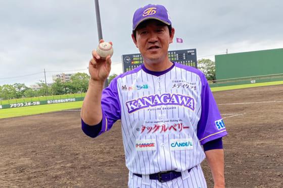 ウイニングボールを持つBC神奈川・鈴木尚典監督【写真:細野能功】