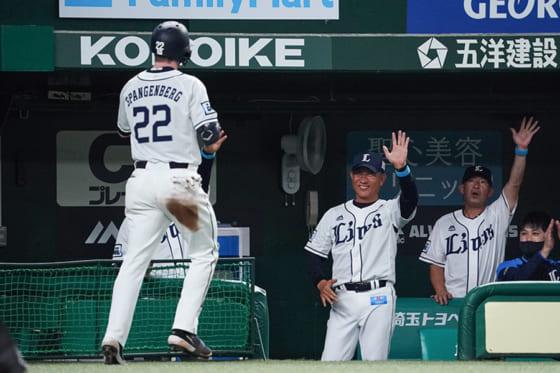 1号満塁本塁打を放った西武スパンジェンバーグ(左)と辻監督(中央)【写真:荒川祐史】