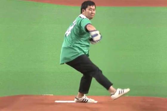 始球式に登場したお笑い芸人のとにかく明るい安村さん【画像:パーソル パ・リーグTV】