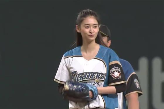 始球式に登場した女優の柳美稀さん【画像:パーソル パ・リーグTV】